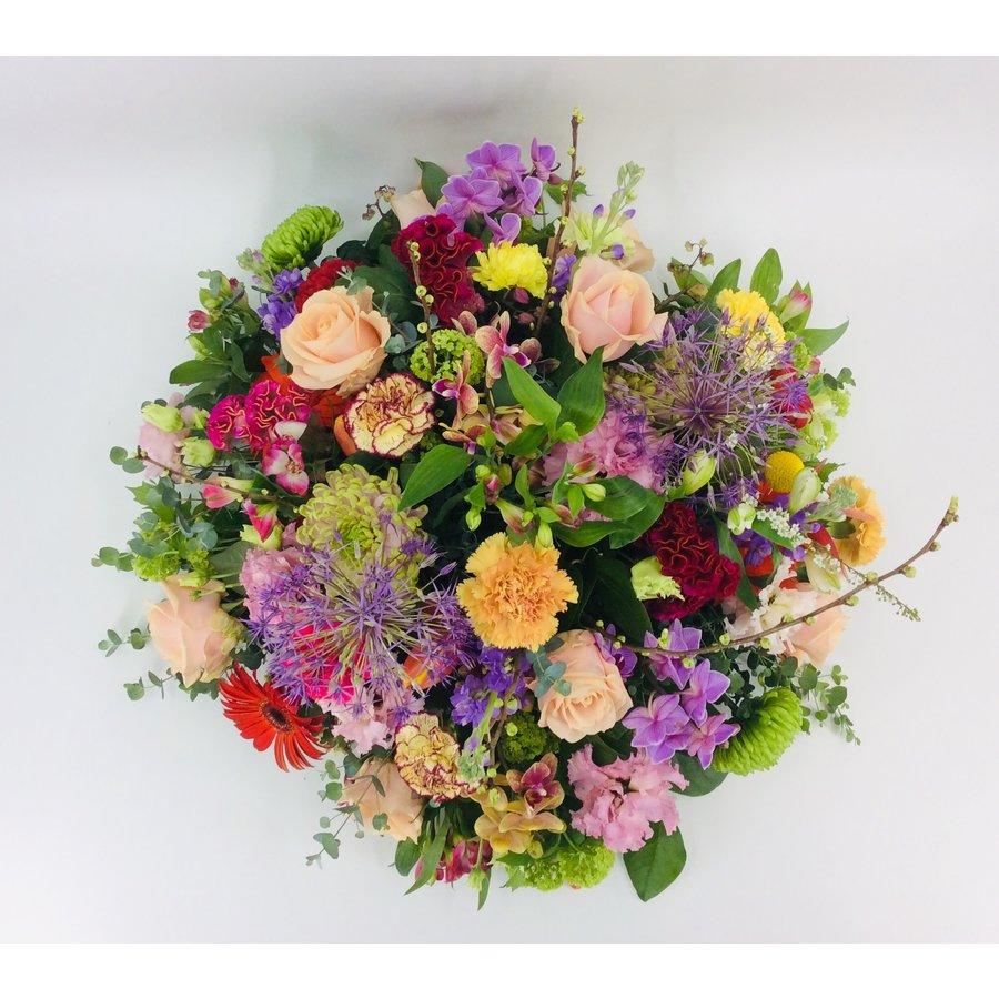 Royaal bont bloemrijk arrangement-4
