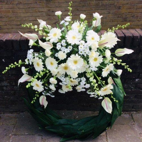 Abelia Meesterbinders Krans met witte bloementoef.