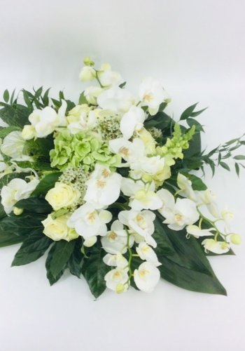 Wit groen rouwbloemstuk met Orchideeën