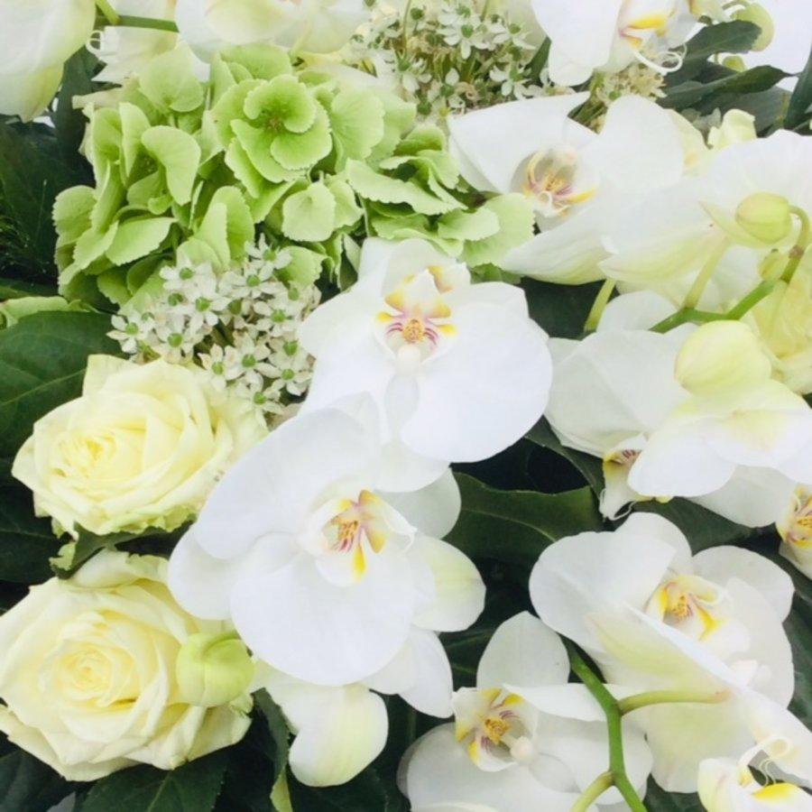 Wit groen rouwbloemstuk met Orchideeën W3-4