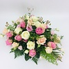 Abelia Meesterbinders Roze en witte rozen ovaal voor uitvaart