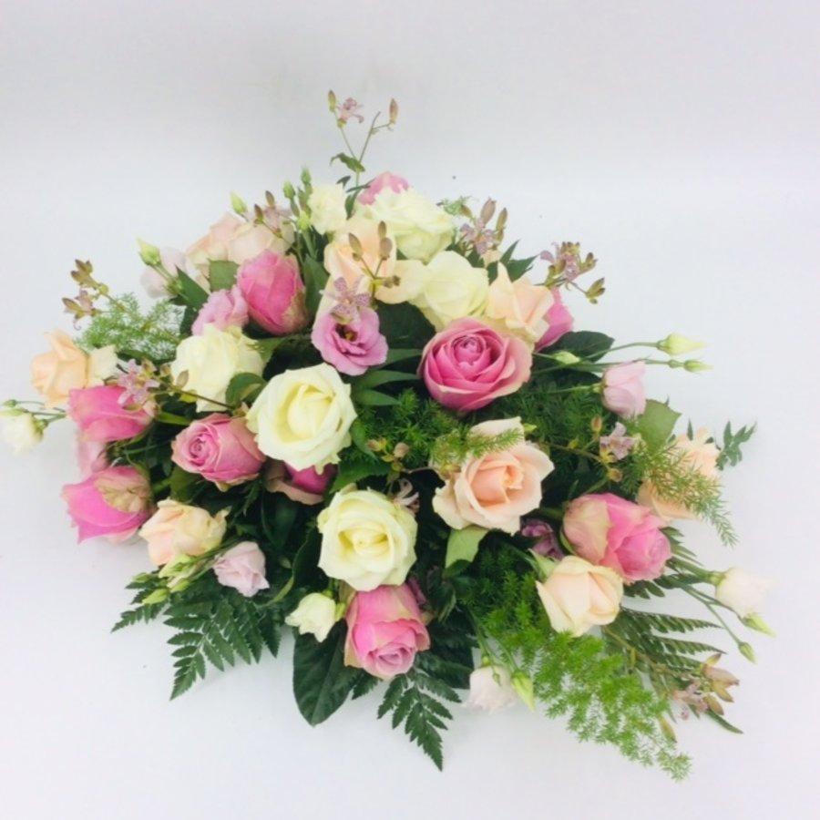 Roze en witte rozen ovaal voor uitvaart-1