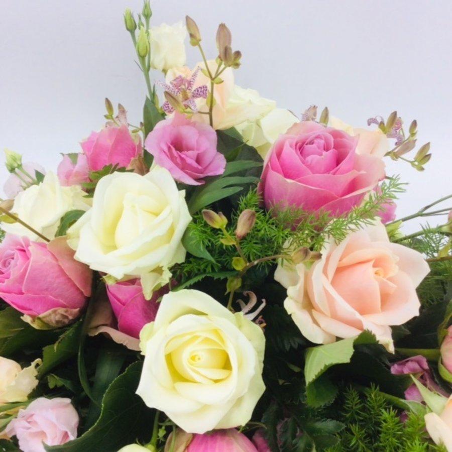 Roze en witte rozen ovaal voor uitvaart-2