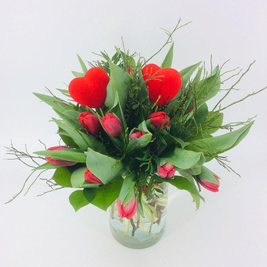 Valentijn boeket met rode Tulpen en hart-1