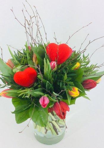 Abelia Meesterbinders Valentijn boeket met gemengde Tulpen en hart