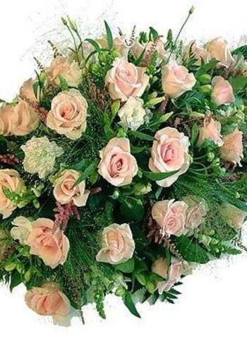 Druppelvormig rouwarrangement van diverse Roze bloemen