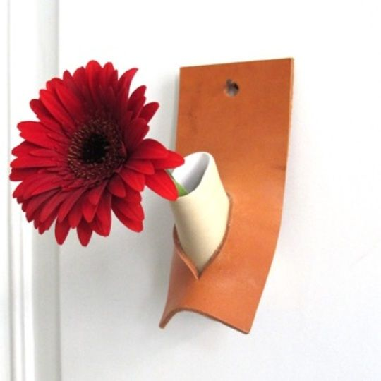 Atelier Oker Flowervase Do in ceramics and leather
