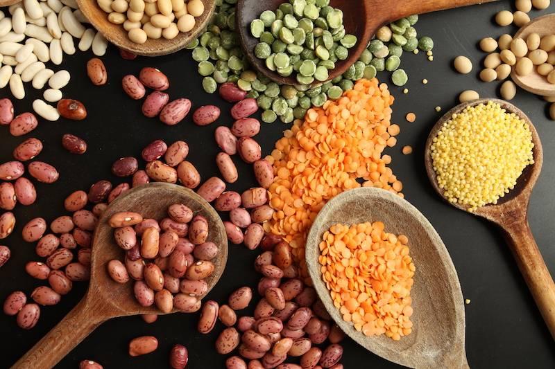Bruine bonen, aardappeltjes met spek & salade met ei en dressing
