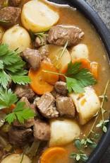 Runderstoofpotje van wortel, zilveruitjes en aardappel