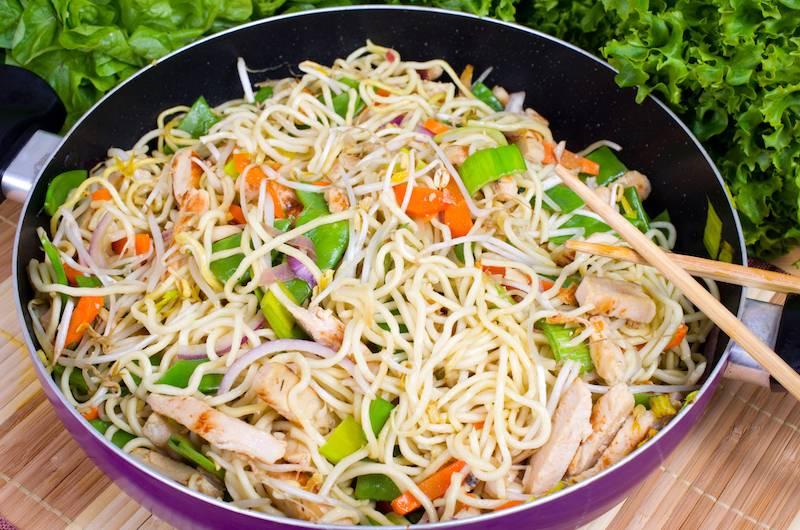 Kipdijfiletstukjes in satesaus met mihoen en groenten