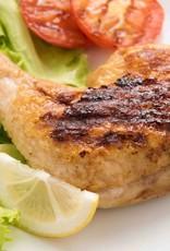 Gegrilde kippenbout in jus met doperwten en worteltjes en aardappelpuree