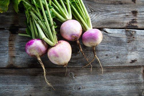 Karbonade in jus met gekookte aardappelen en meiraapjes in groentesaus
