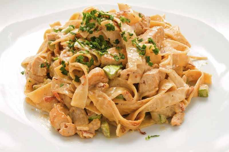 Pasta Carbonara met kip, spek, ui, courgette, champignons en spinazie