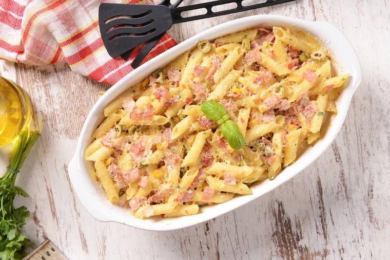 Macaroni met tonijn, courgette en champignons, overgoten met kaassaus
