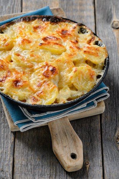 Aardappelgratin uit de oven met prei en oude kaas (vegetarisch)