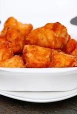Kibbeling met saus. gekookte aardappelen, jus en broccoli met kaas (luxe)
