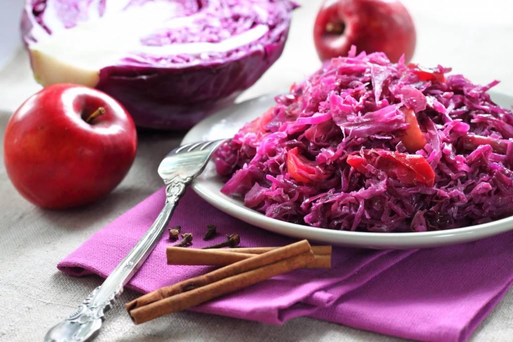 Gehaktbal in jus met rode kool, gekookte aardappel en appelmoes