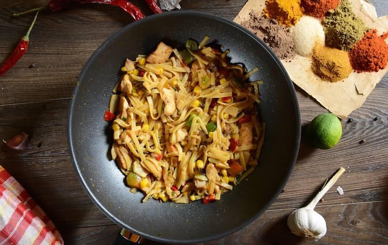 Bamischotel met groenten, kipsate en satesaus