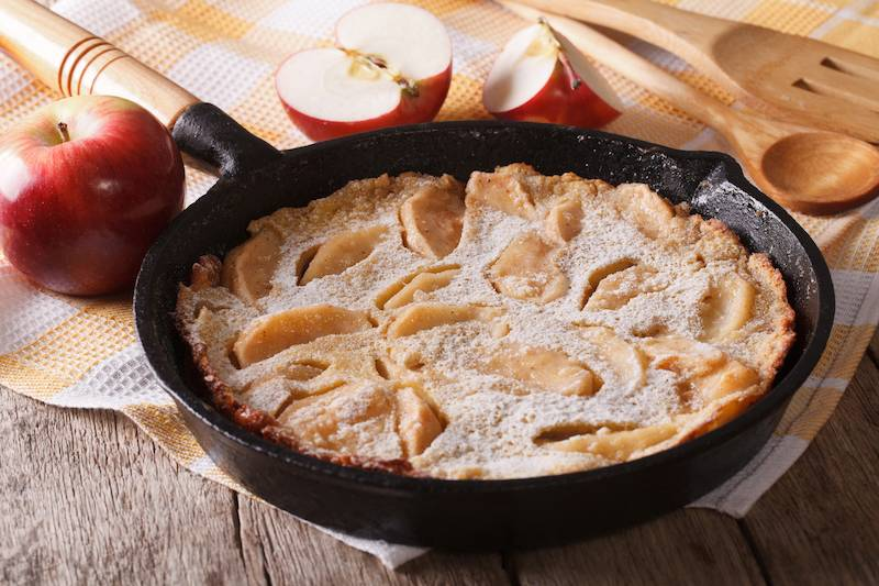 Pannenkoekenschotel met gekarameliseerde appel, kaneel & vanillesaus (vegetarisch)