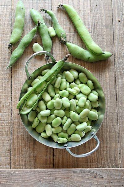 Varkensfiletlapje in jus met tuinbonen in groentesaus en gekookte aardappelen