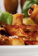Penne pasta met rundvlees, groenten en paddestoelen-roomsaus