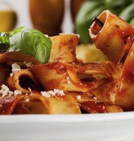 Penne pasta met vlees, groenten en saus