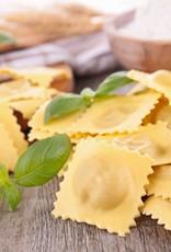 Ravioli gevuld met kaas, prei en spek in carbonarasaus