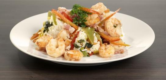 Gebakken rijst, goedgevuld met groenten, spek & gamba's