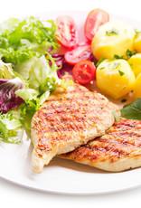 Kipfilet in jus met gekookte aardappelen en verse slasoorten met ei en dressing