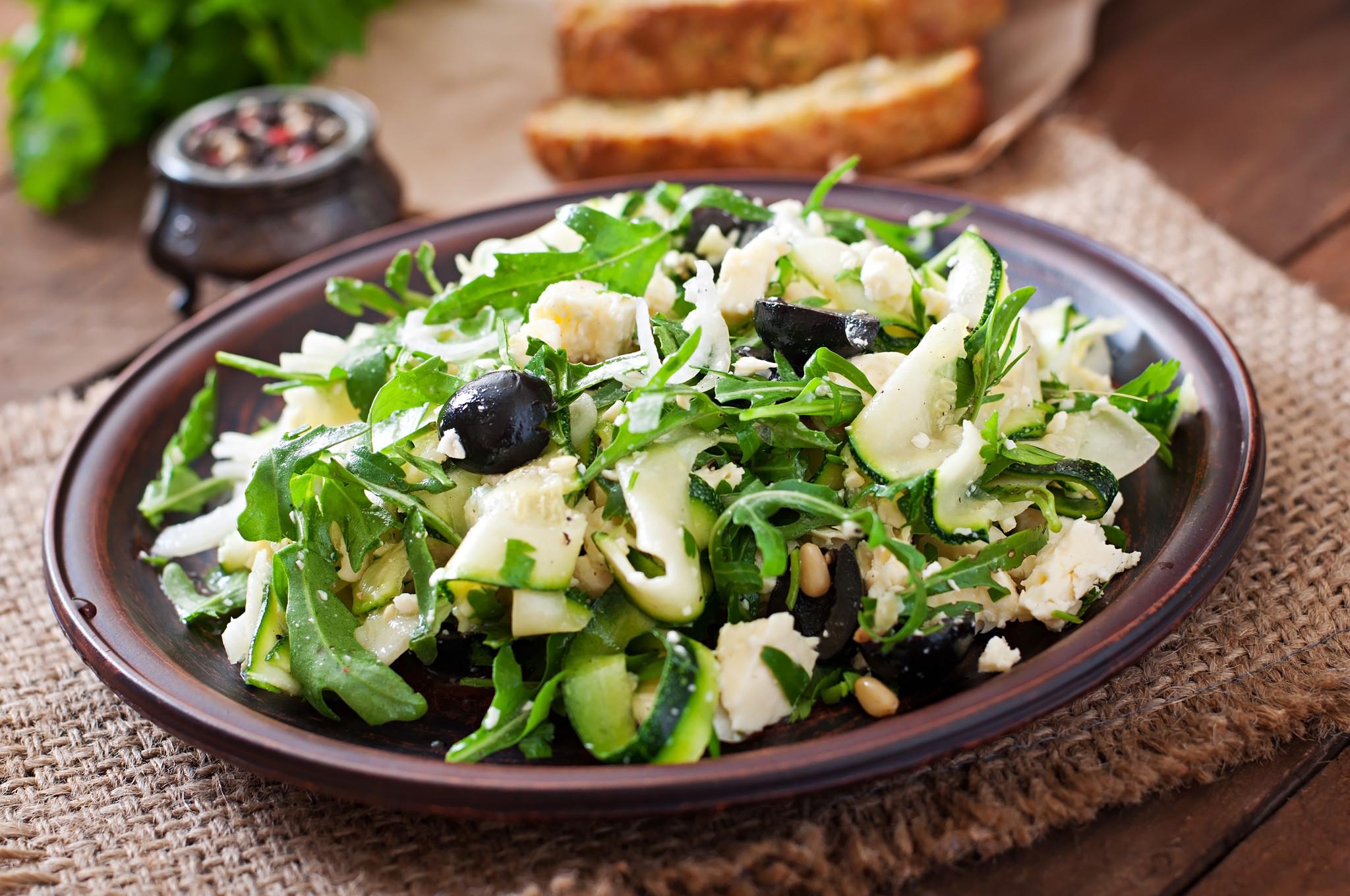 Tagliatelle in roomsaus met rucola, zontomaatjes en grove parmezaan (vegetarisch)