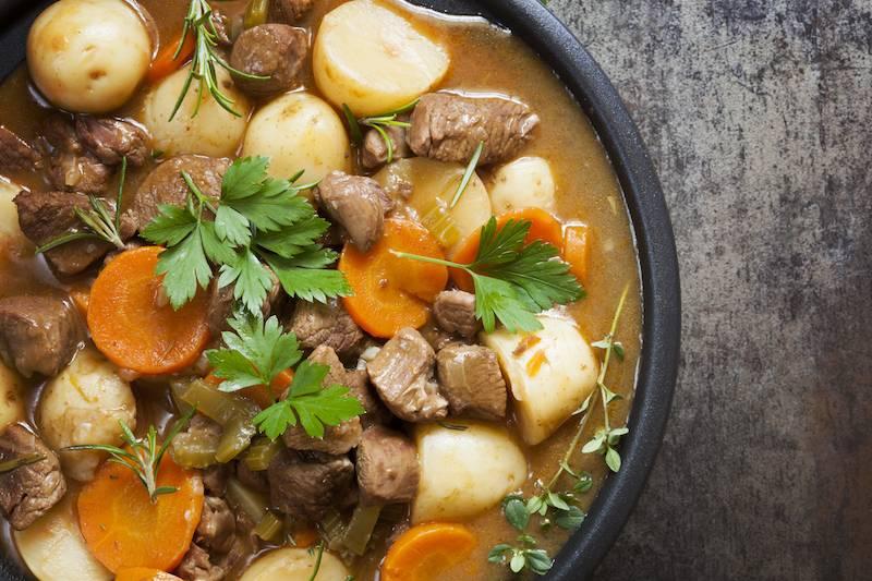 Heerlijk stoofpotje van rundervlees met wortel en aardappelpuree