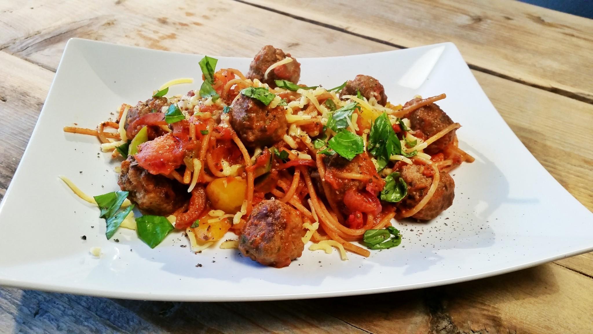 Spaghetti lekker gevuld met groente, kipdij en groene pesto