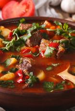 Hongaarse goulash rijkgevuld met groenten en witte rijst