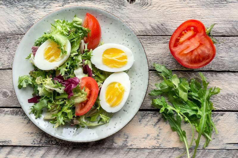Witte bonen in tomatensaus, gehaktballetjes en slasoorten met ei & dressing