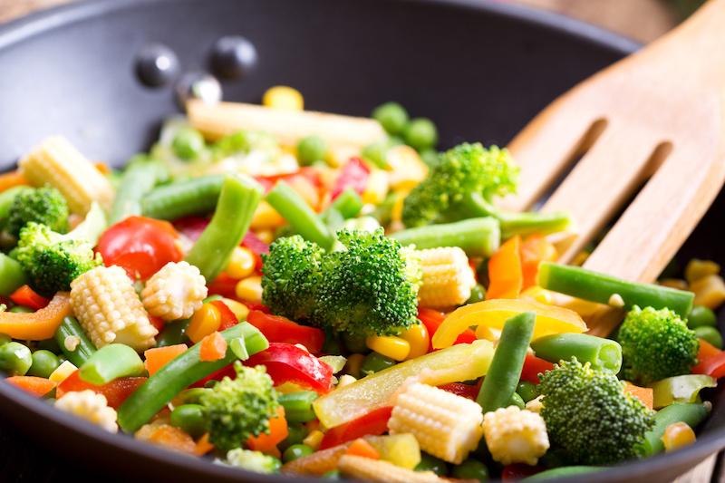 Griekse roerbak met aardappel, courgette, prei, ui en feta (vegetarisch)