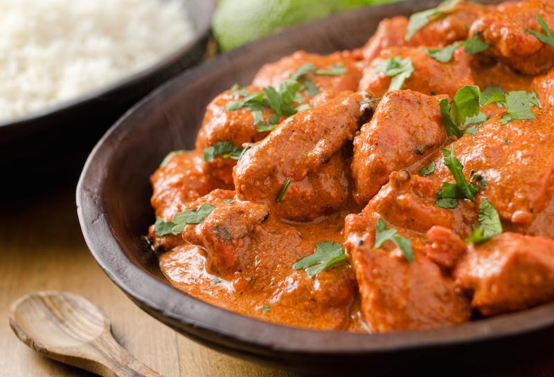Curry van lamsvlees met groenten en gebakken aardappeltjes