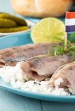 Hollandse nieuwe haring met apart verpakt uitjes, zuur en een wit puntje