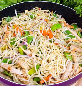 Noedels met groenten en hamblokjes
