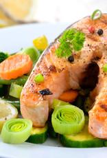 Zalmfilet met tomatenrisotto, groene groenten en witte wijn saus