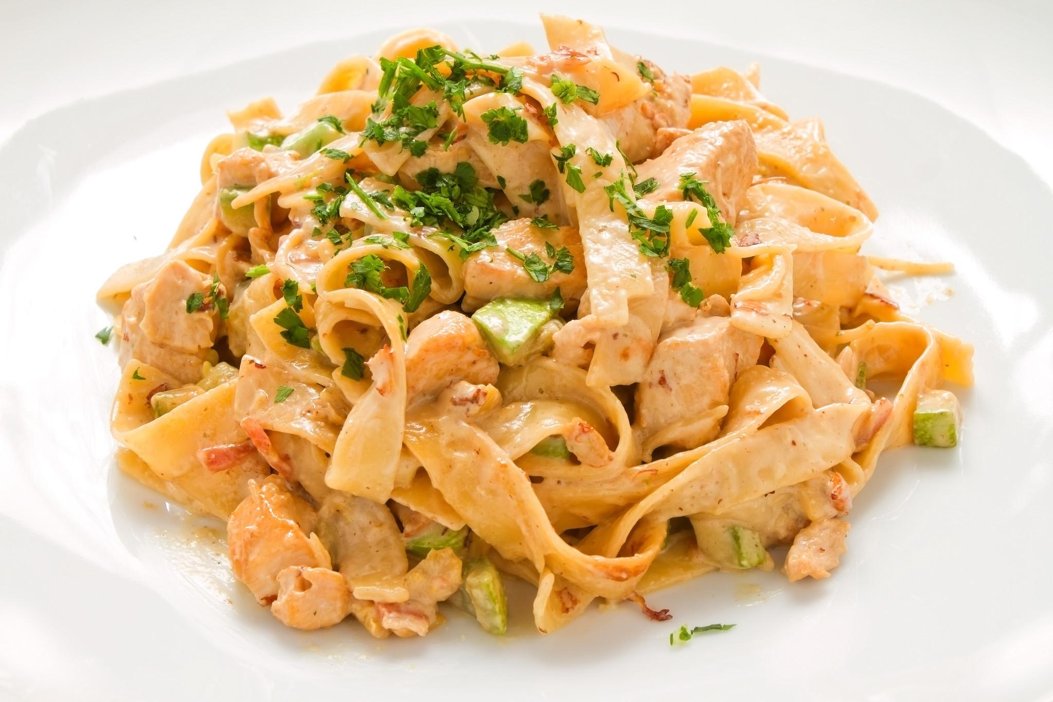 Penne pasta met kip en groenten in stroganoffsaus