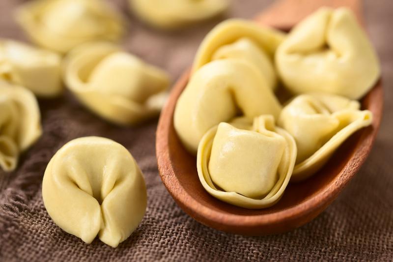 Tortellini in salie-botersaus met bospeentjes en peterselie