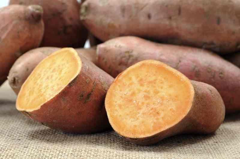 Karbonade, zoete aardappelschotel met groente en mierikswortelcreme