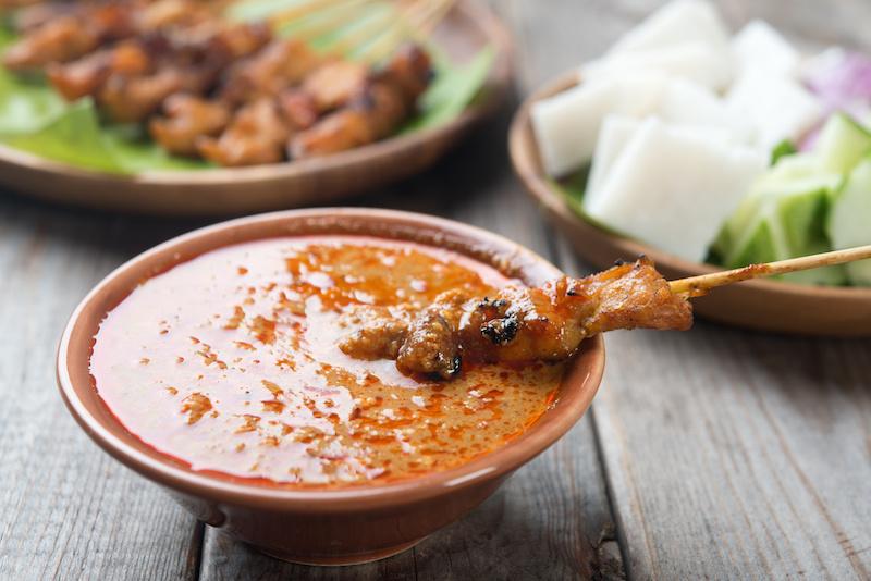 Kipsaté spiezen in satesaus met coleslaw en gele rijst