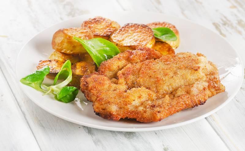 Vegetarische kipschnitzel, worteltjes en gebakken aardappeltjes