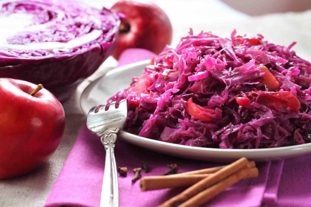 Rode kool met appeltjes, zacht gegaard stoofvlees en puree