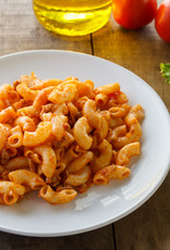 Macaroni bolognese met rundergehakt, groenten en geraspte kaas