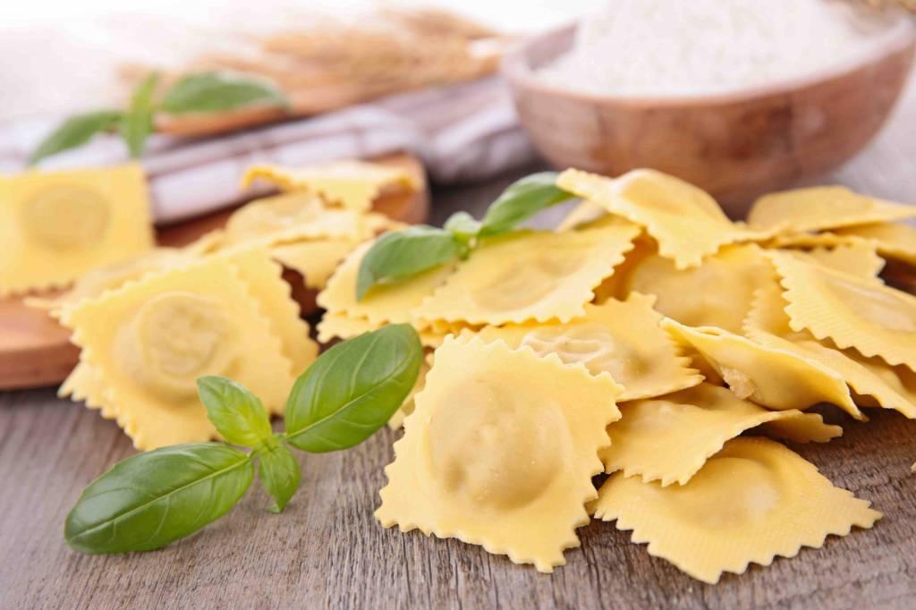 Ravioli met spinazie en spek in carbonarasaus