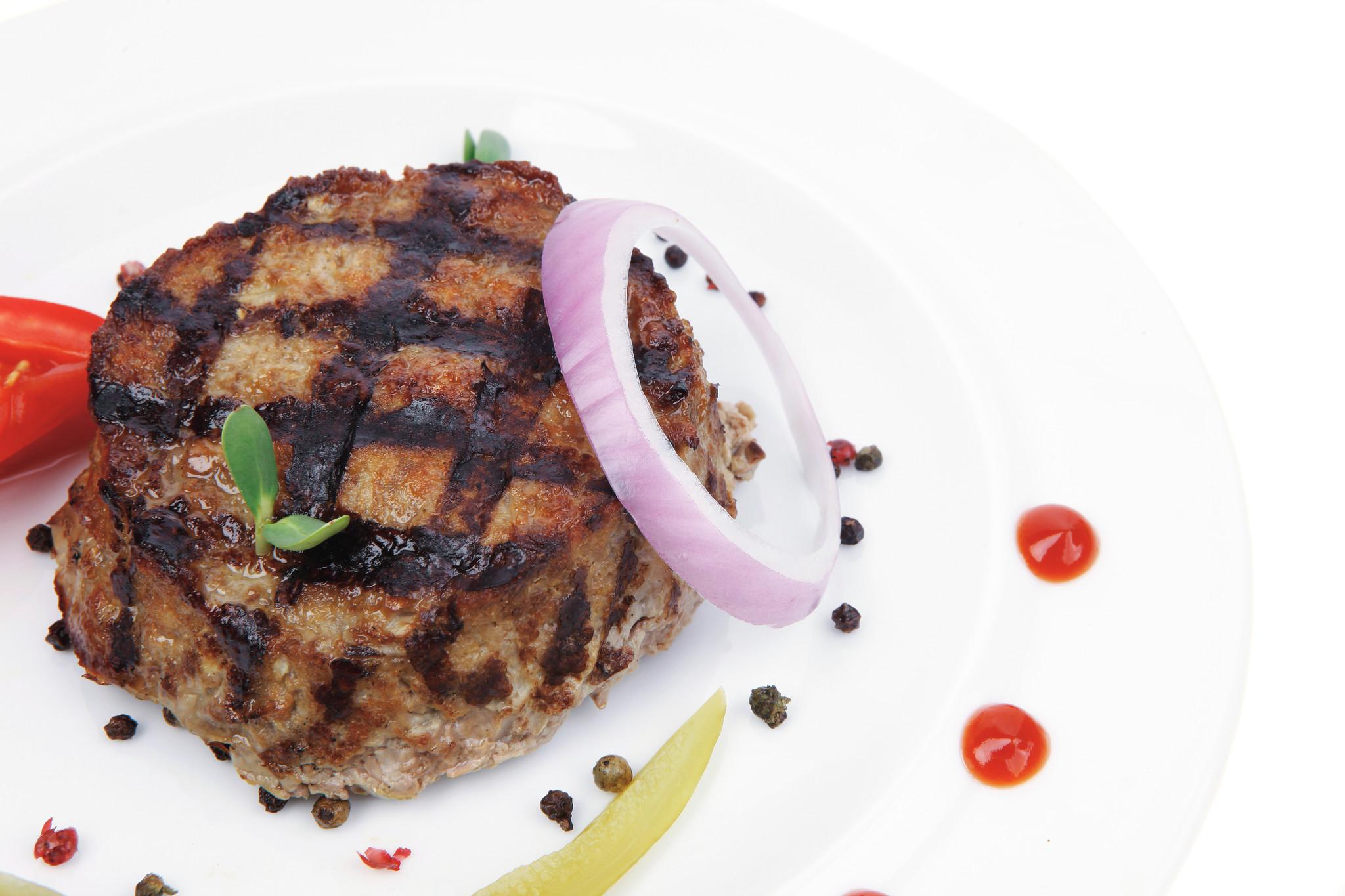 Vegetarische hamburger, aardappeltjes, wortel en doperwten (V)