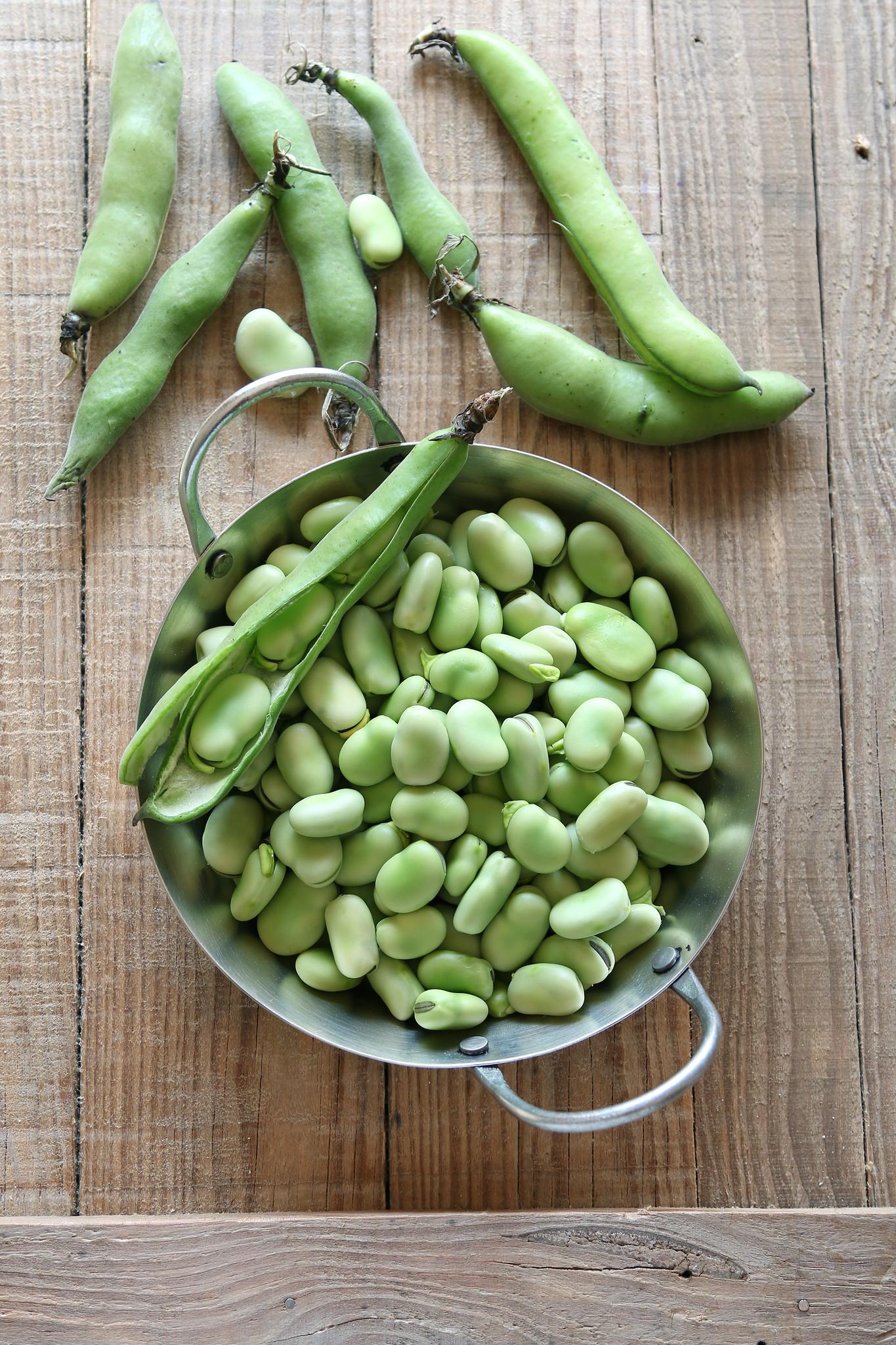 Karbonade in jus met tuinboontjes in kruidensaus en gekookte aardappel