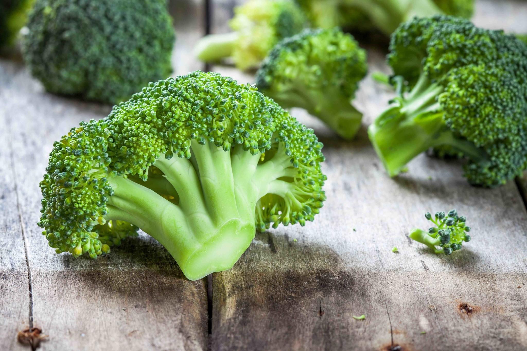 Broccolistamppot met een gehaktbal, gekookt ei en ui